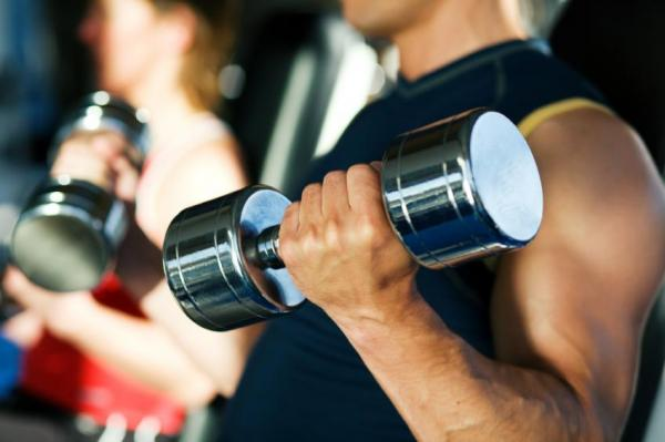 The best exercises to strengthen your arms - Biceps curl with barbell or dumbbells, simple and efficient