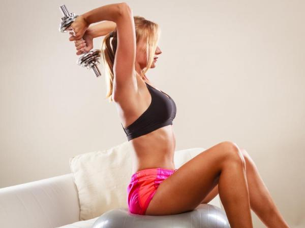 The best exercises to strengthen your arms - Exercise triceps with dumbbells or pulley